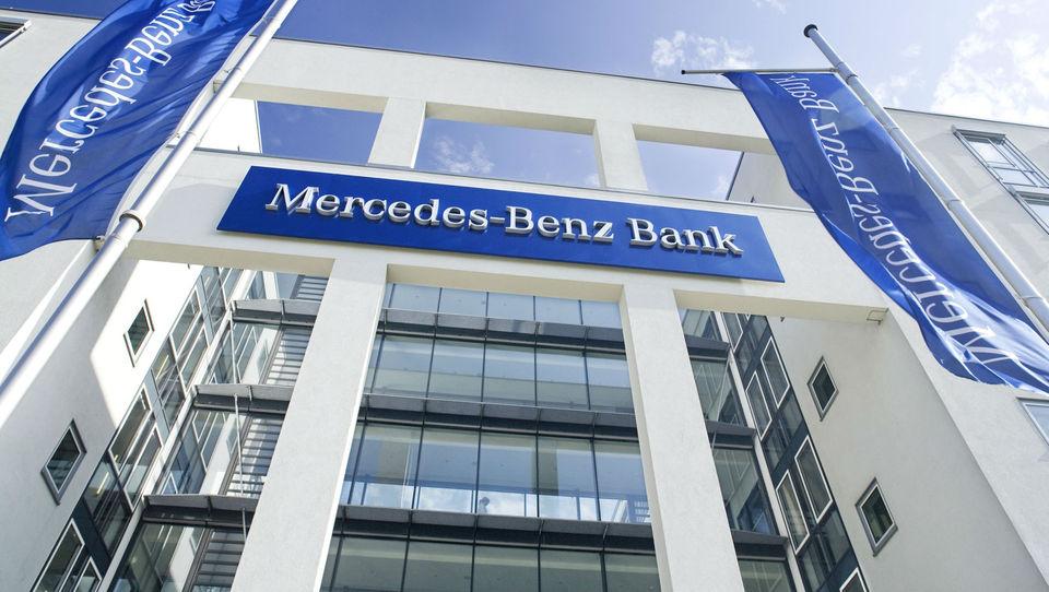 Daimler vlaga pol milijarde evrov v širitev banke