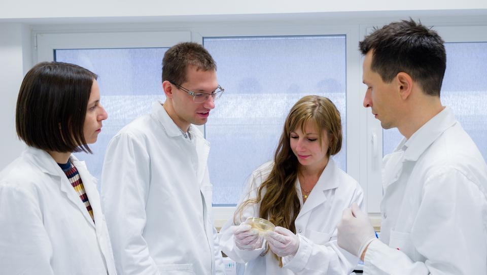 Tako je ljubljanski startup s projektom za zaznavanje bakterij v tekočinah prepričal bruseljsko komisijo