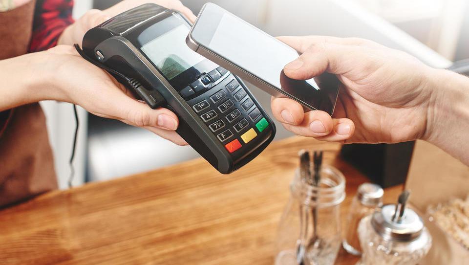 (5 nasvetov) Gotovina zdaj ni najbolj zaželena. Kako torej plačevati?