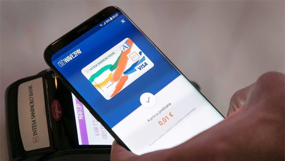 Na voljo nova debetna kartica, s katero lahko plačujete prek pametnega telefona