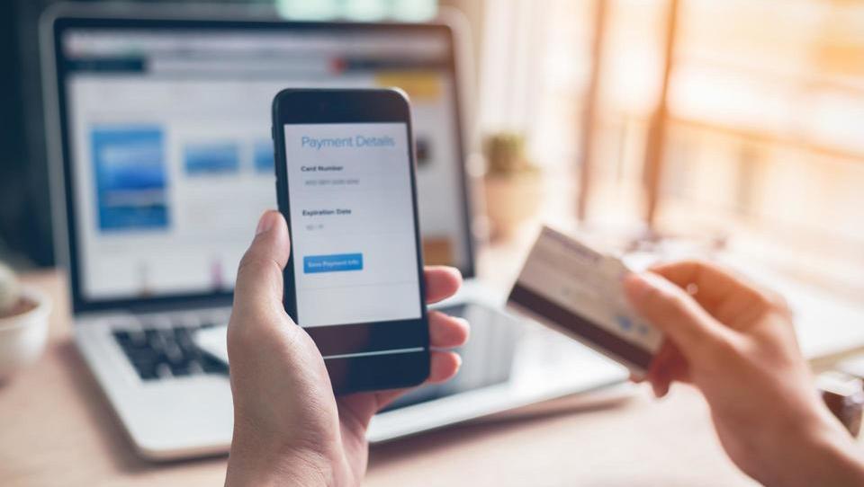 Uporabnikov digitalnih bančnih storitev bo letos prvič več kot tistih pred bančnimi okenci