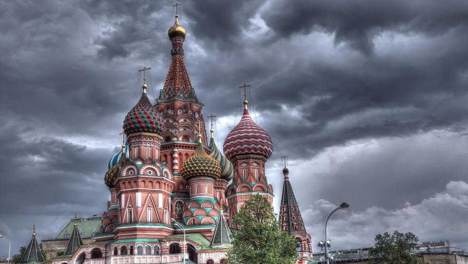 Črn dan za Rusijo: sankcije vodile v sesutje na borzah, rubelj ob štiri odstotke