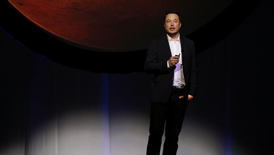 SpaceX Elona Muska v prvi turistični polet okoli Lune