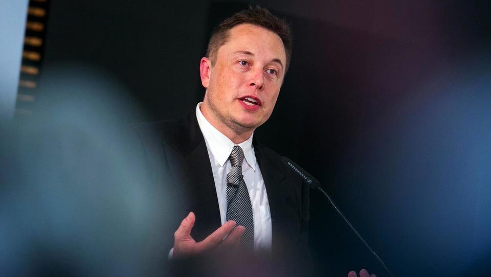 Zakaj Elon Musk zlahka gradi rakete, družinski avtomobil pa mu je pekel