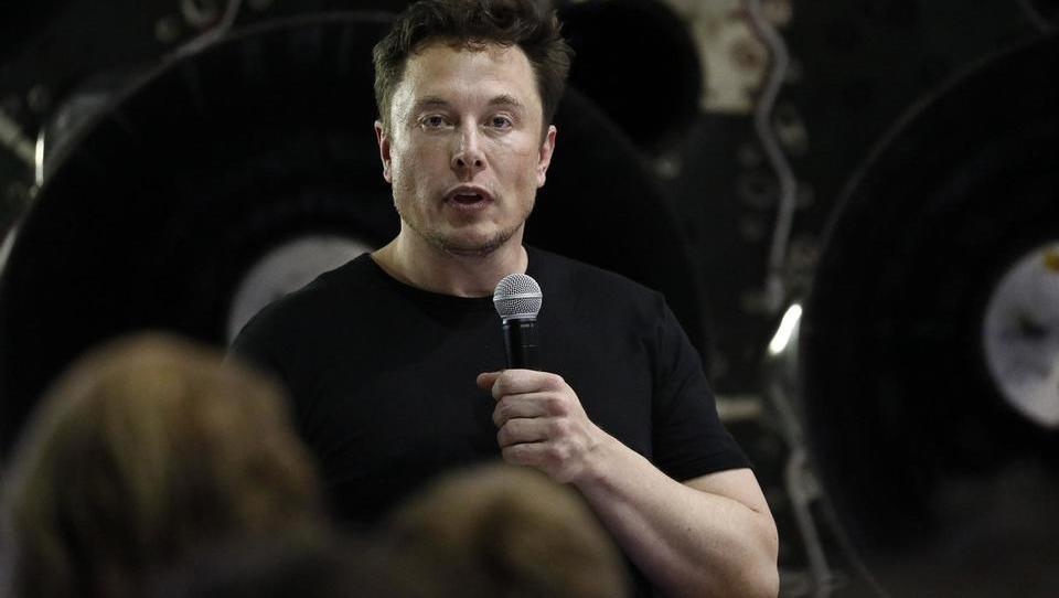 Bloomberg: Tesla odpušča, dobiček dol