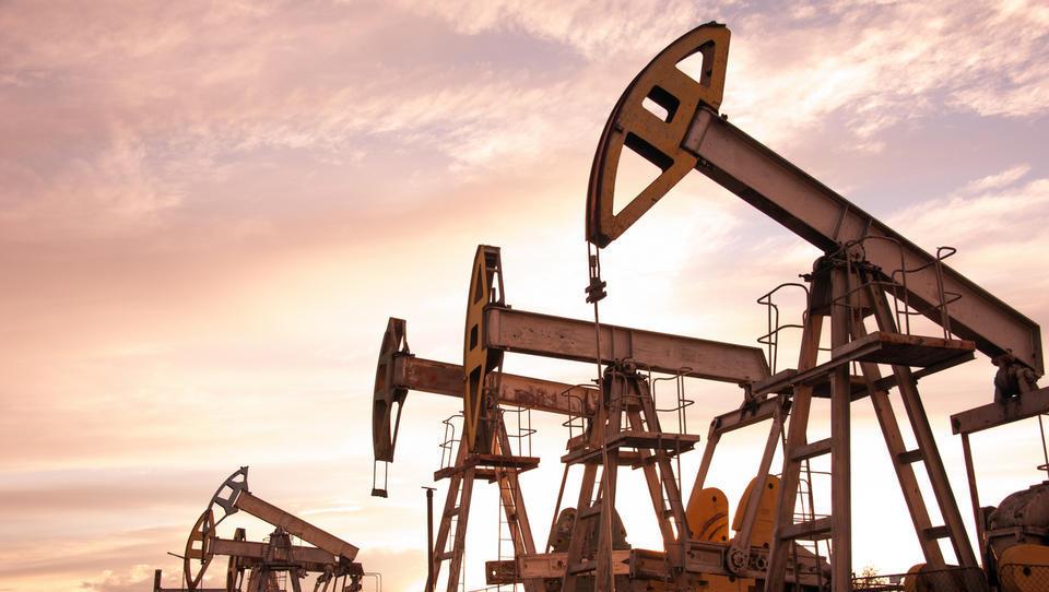 Plezanje nafte na štiriletni vrh podžiga napovedi o 100 dolarjih za sod