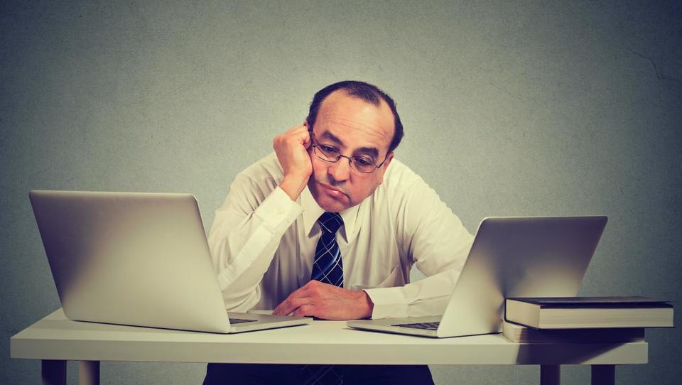 Vam zaposleni sedijo kot kup nesreče v službi? Ne čakajte s pogovorom do konca leta
