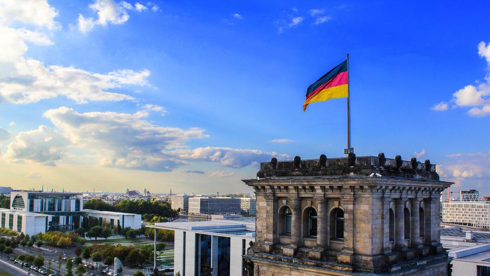 Kazalnik IFO kaže, da so nemški direktorji bolje razpoloženi ... čeprav se aktivnosti v predelovalnih dejavnostih krčijo