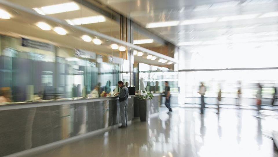 NLB zapira poslovalnice: katerih 15 in do kod bo treba iti