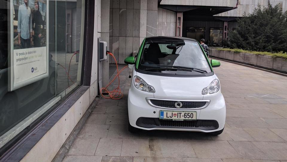 (video) E-mobilnost: že po sto metrih vožnje se argumenti spremenijo