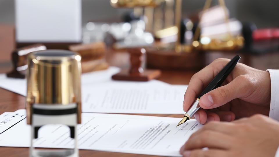 Notarji ne bodo imeli več izgovorov pri zavračanju nepremičninskih poslov