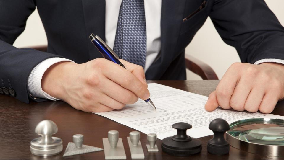 Notarji različno overjajo podpise na kupoprodajnih pogodbah za nepremičnine