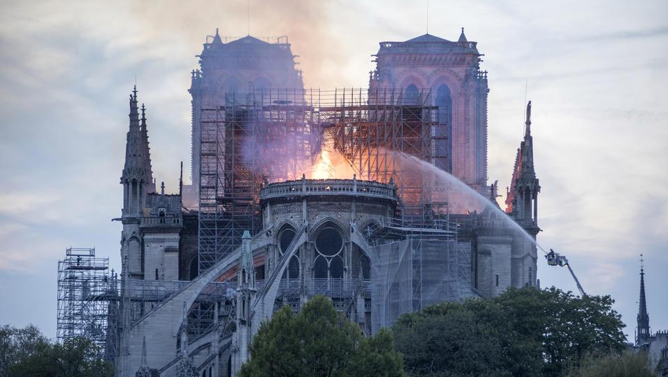Požar v katedrali Notre Dame verjetno povzročil kratki stik
