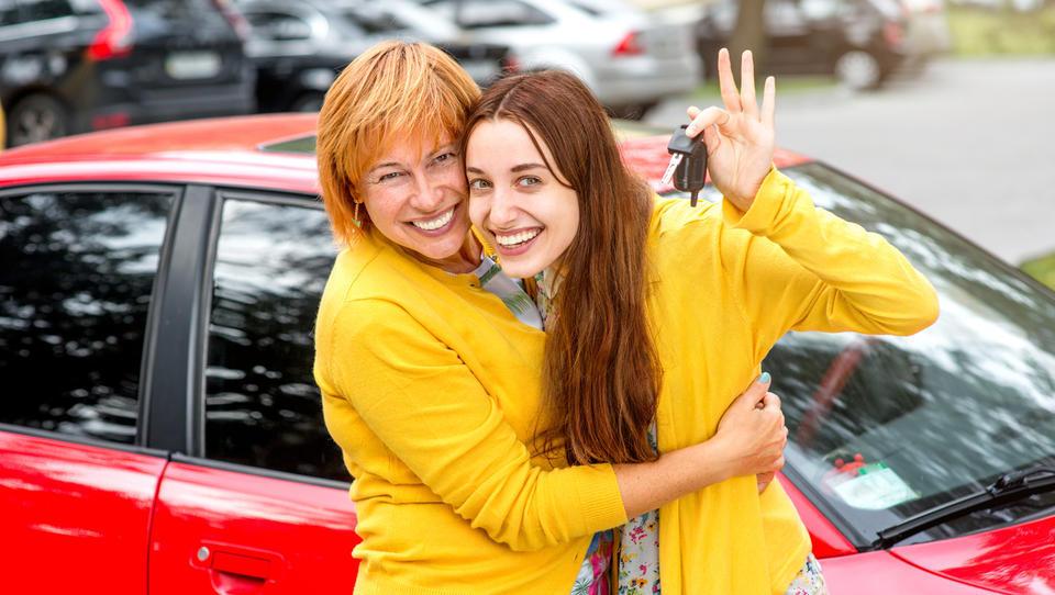 Mama bi mi rada podarila avto. Kako naj to stori najceneje?