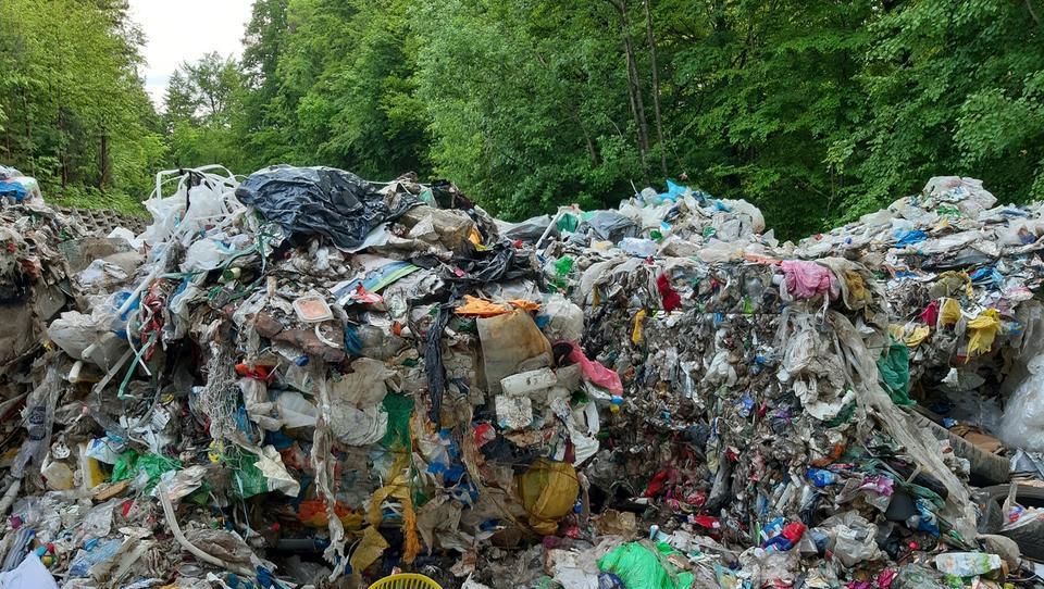 (foto) Sredi gozda odpadki, ki se nočejo pospraviti