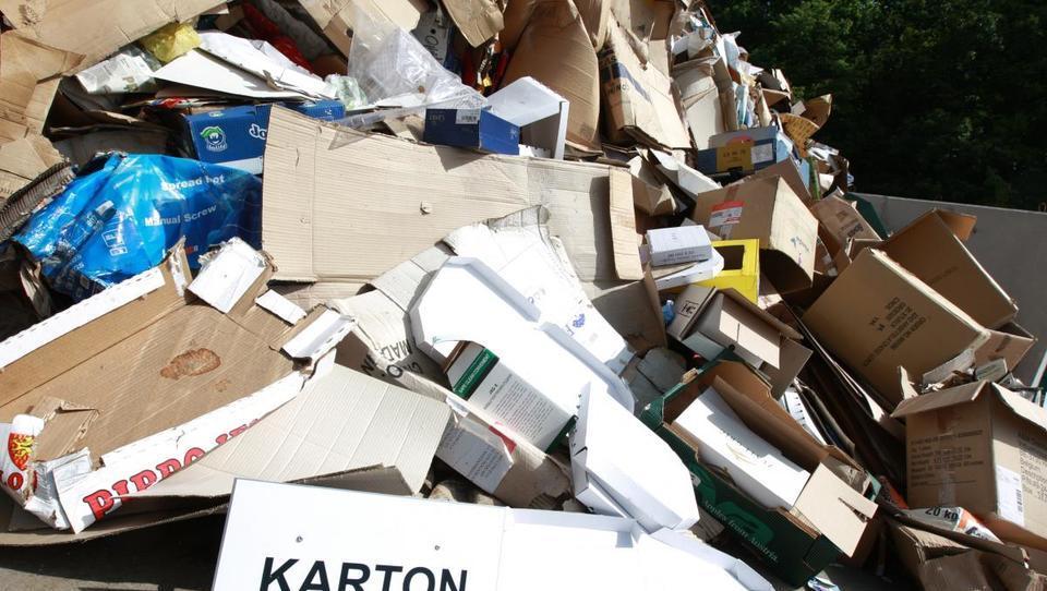 Komunalci: z embalažo ni težav, so pa pri svečah in nevarnih odpadkih
