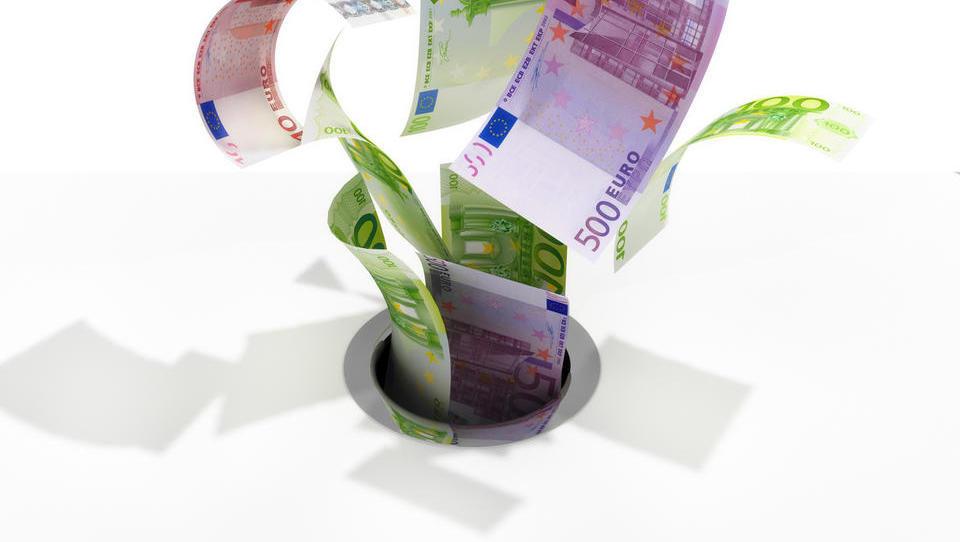 Koliko davkov izgubimo v državi in zakaj se stvari izboljšujejo po polžje?