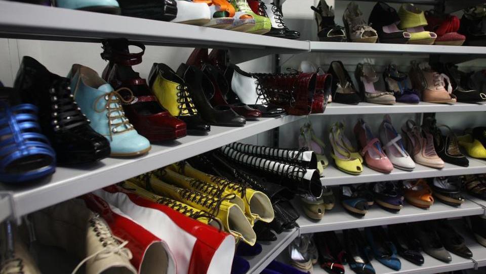 Na dražbo prek 20 tisoč parov čevljev Peka
