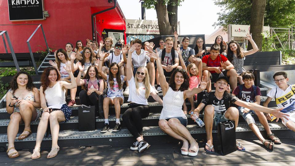 (finančna šola 1. dan) Mladi bi tisoč evrov vložili tudi v delnice!