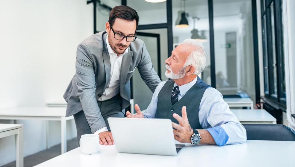 Zaposlovanje starejših: ali dvojni status upokojencev prinaša tudi pasti?