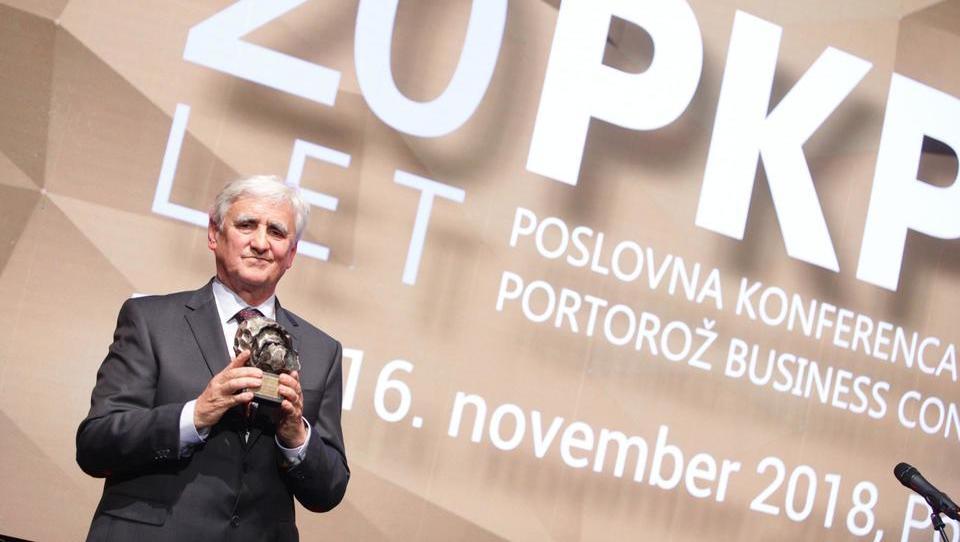 Nagrada Financ za posebne gospodarske dosežke v roke Janeza Prašnikarja