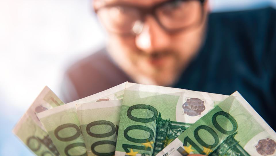 Koliko zaslužite? Razkrivamo plače 102 poklicev