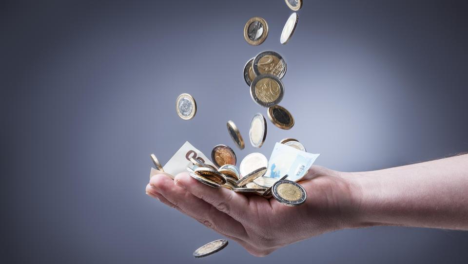 Aprila najvišje plače izplačali v financah in energetiki