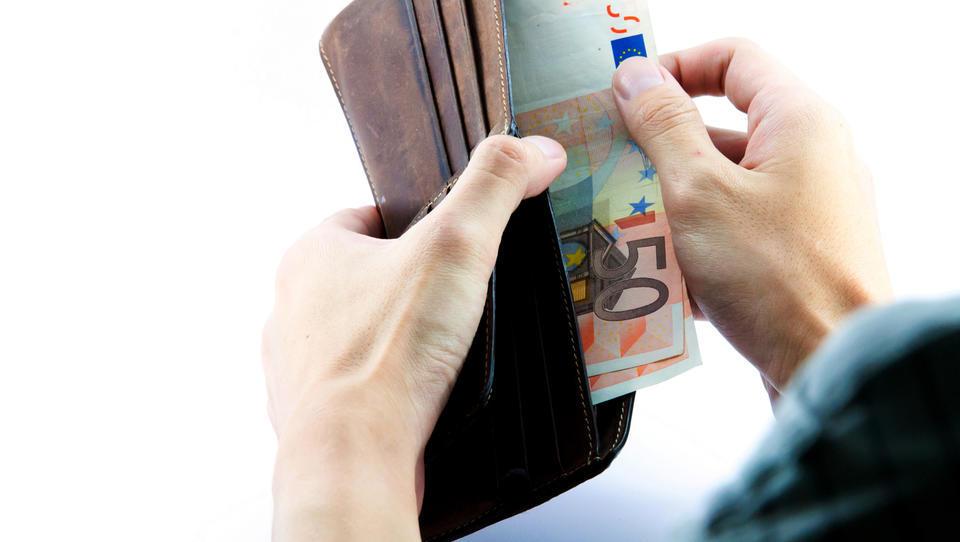 V Singapurju so se politiki odrekli plači, pri nas so si dodelili višje