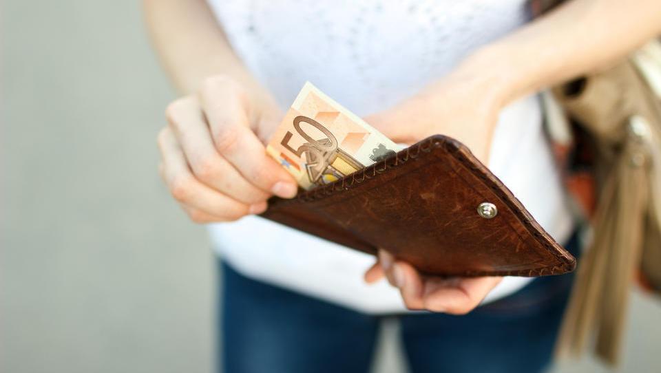 Januarja finančniki po plačah prehiteli energetike