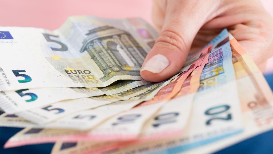 Povprečne bruto plače medletno realno višje za 2,4 odstotka