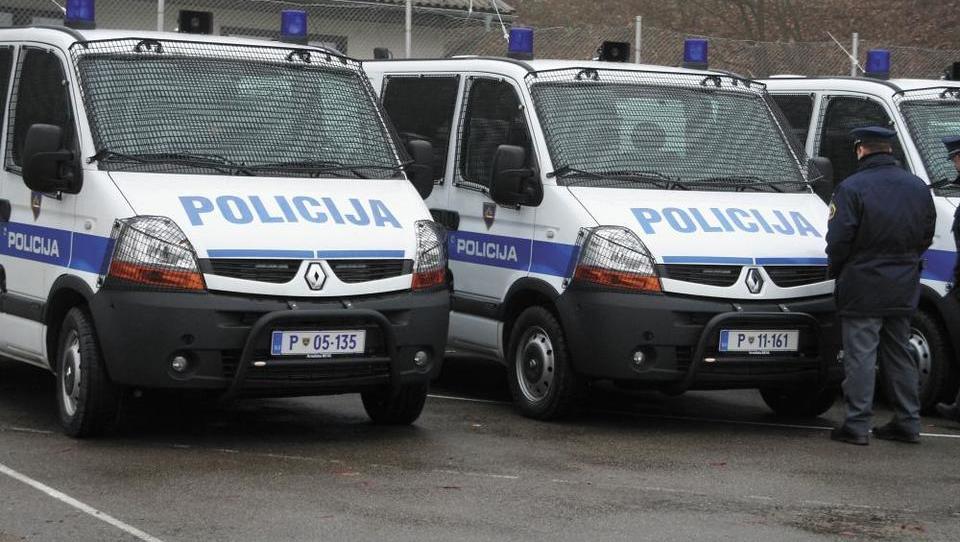 Na pomoč: Zaradi groženj na stečajni dražbi več policije kot kupcev