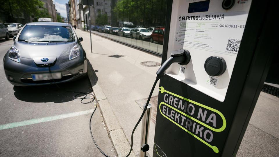 Eko sklad: nove spodbude za e-avte, znižanje pri priključnih hibridih