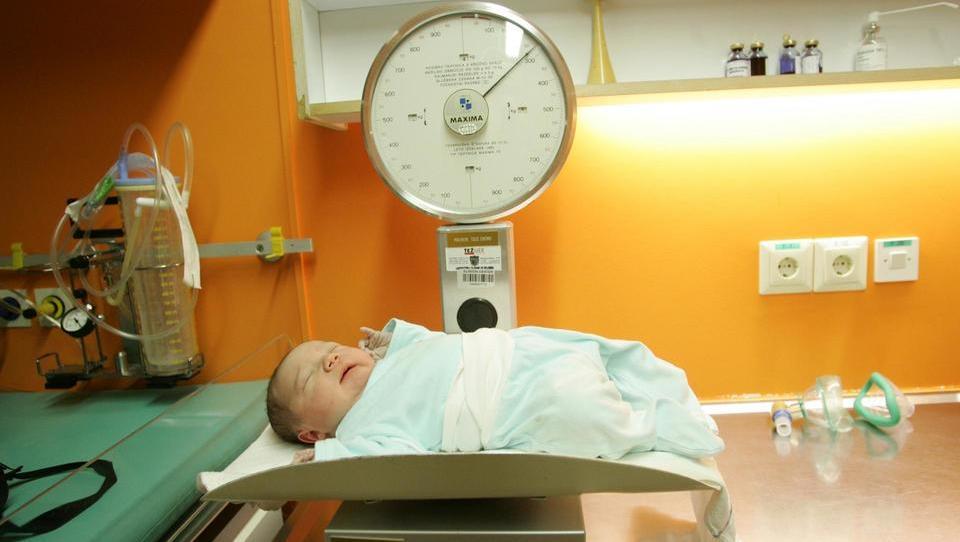 Metoda poroda povezana z debelostjo?