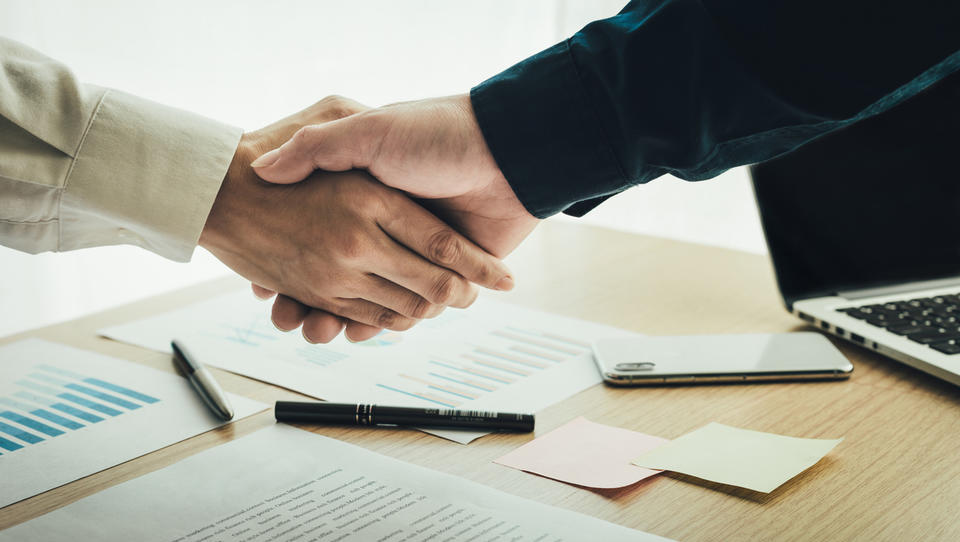 Prodaja podjetja: kaj morate vedeti, če se odločite prodati podjetje