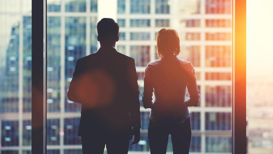 Raziskava med direktorji po svetu: desetina se jih boji za preživetje podjetja, pričakujejo okrevanje po krivulji U
