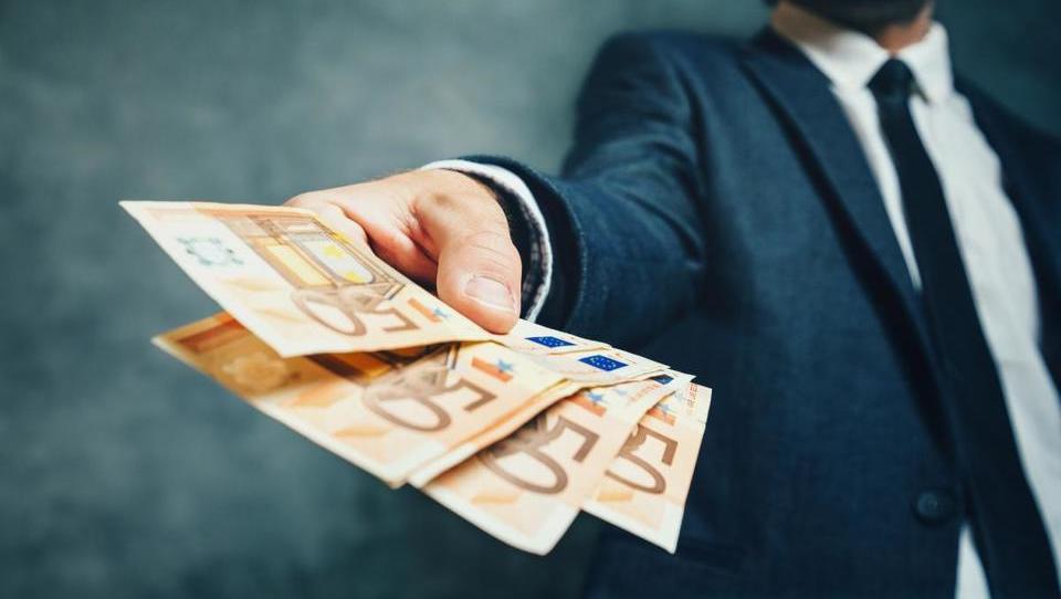 Nova zadolžitev države opazno dražja kot januarja