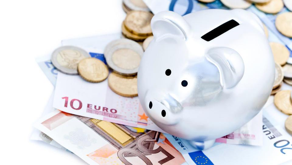 Vroča razprava v Nemčiji: bi morali prepovedati ležarine na depozite malih varčevalcev?