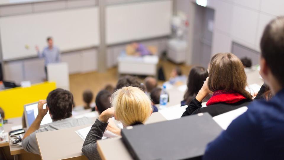 Zakaj se bojimo predavanj v angleščini?