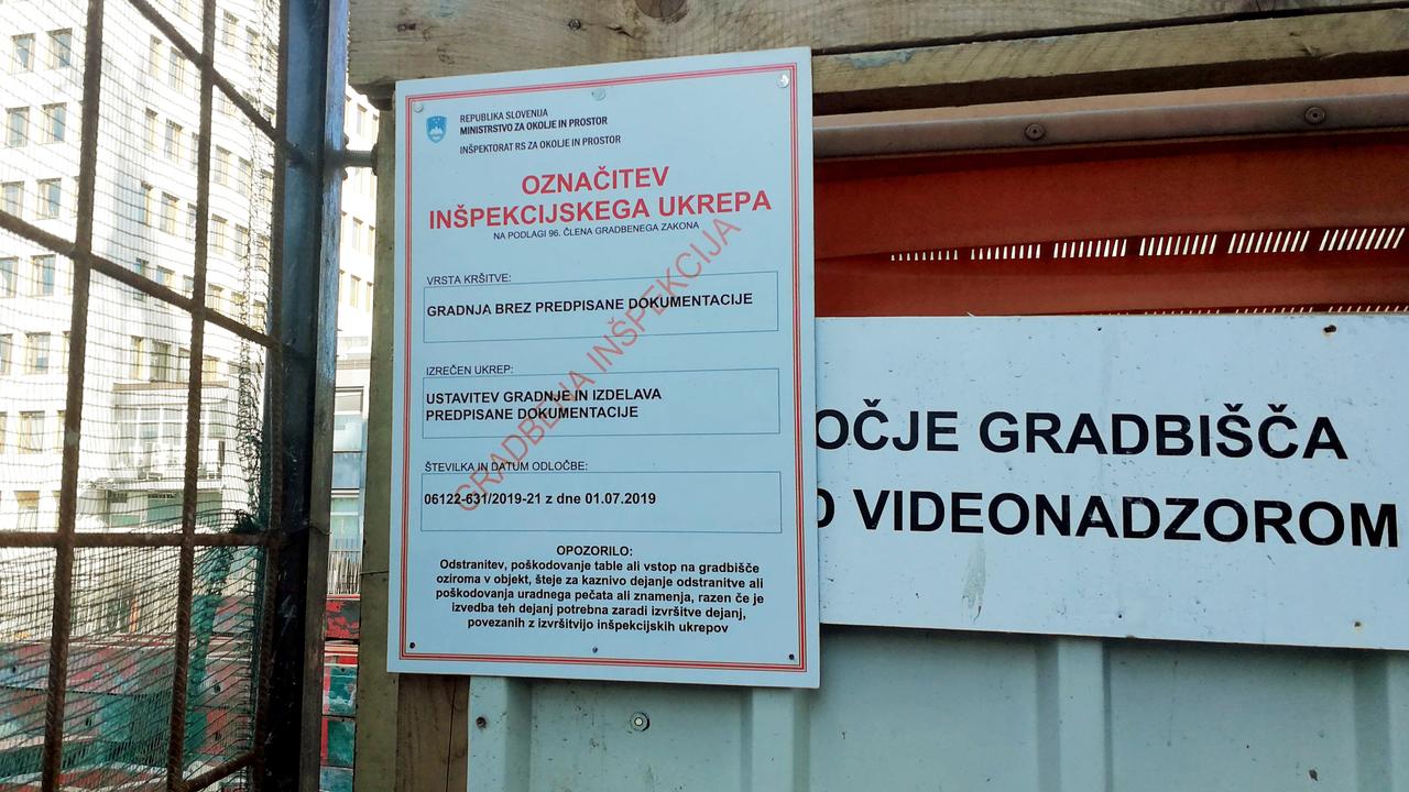 Kljub inšpekcijski prepovedi se gradnja hotela na Bavarskem dvoru nadaljuje