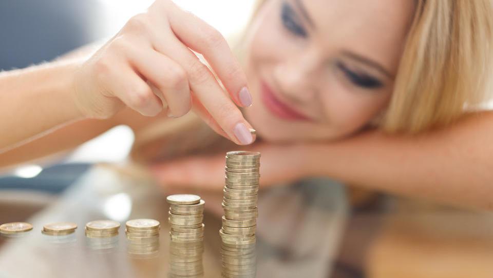 Oktobra plače medletno najbolj zrasle v zdravstvu in proizvodnji