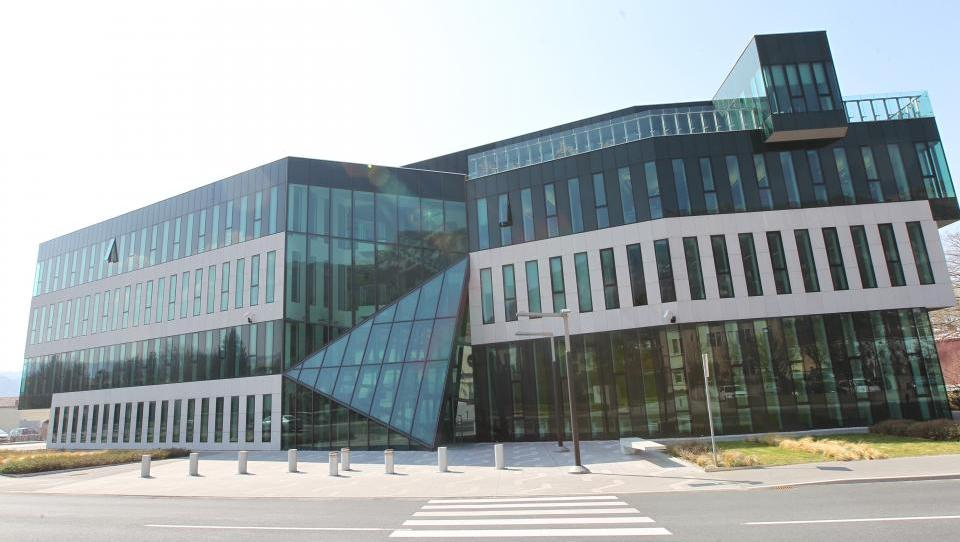 Primorjeva upravna stavba v roke slabe banke