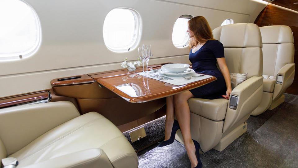 Vlagatelji na lovu za velikimi posli sledijo celo zasebnim letalom