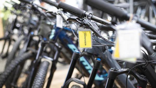 Naval na kolesa ne pojenja: povpraševanje kljub višjim cenam rekordno, dobavni roki pa vse daljši