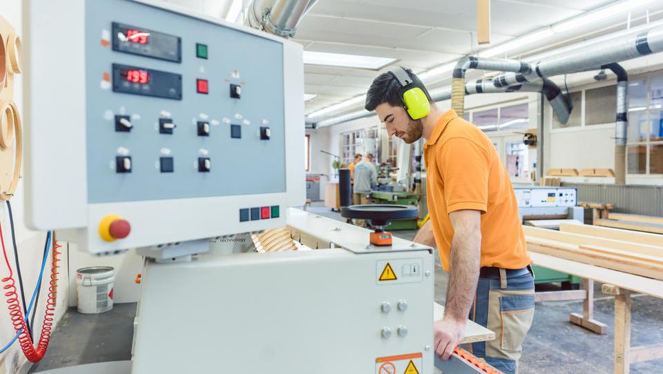 Januarja rast povpraševanja po proizvodnih delavcih