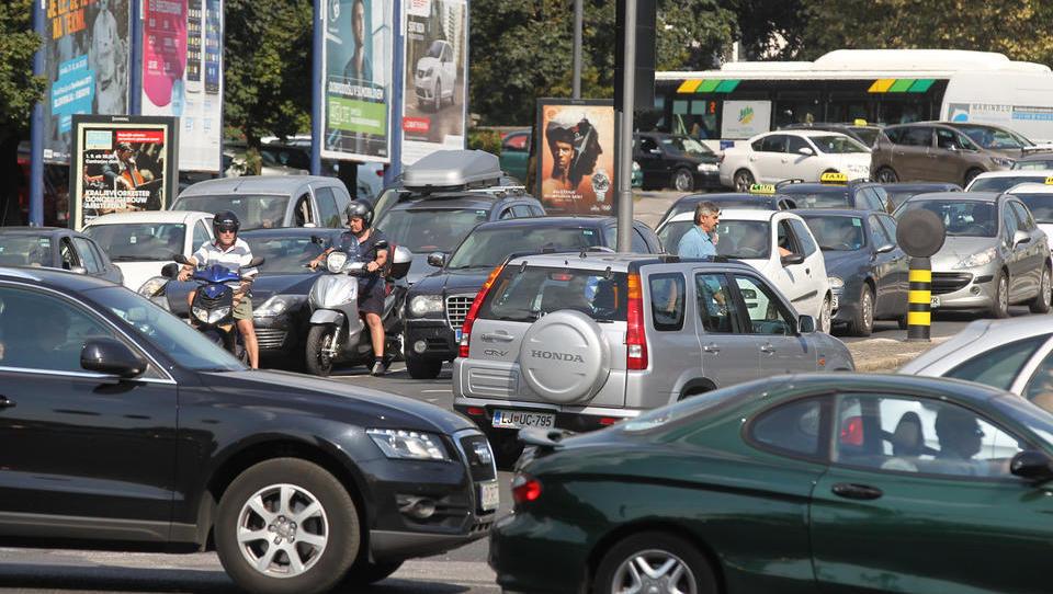 Slovenci tretji v EU pri mobilnostnih razvadah