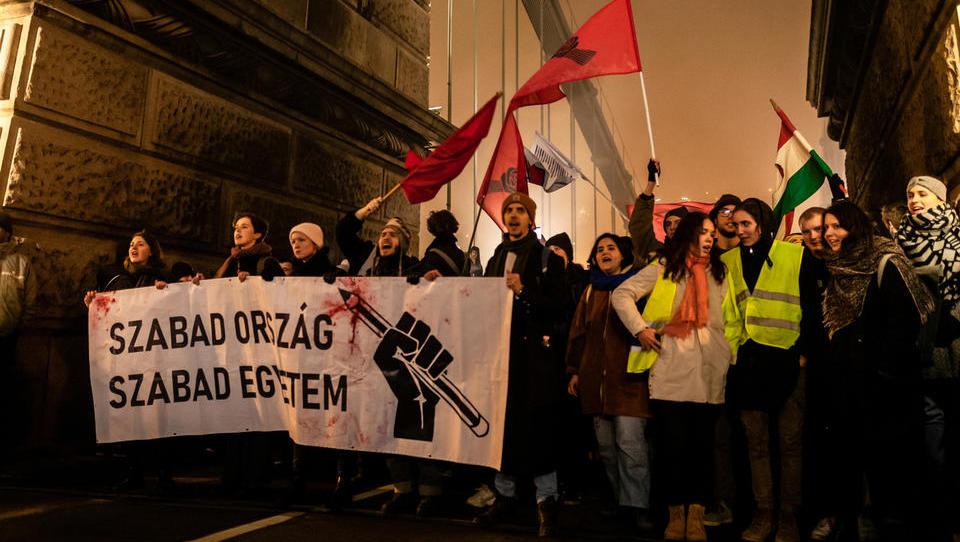 V Budimpešti na tisoče ljudi protestira proti ukrepom premiera Orbana
