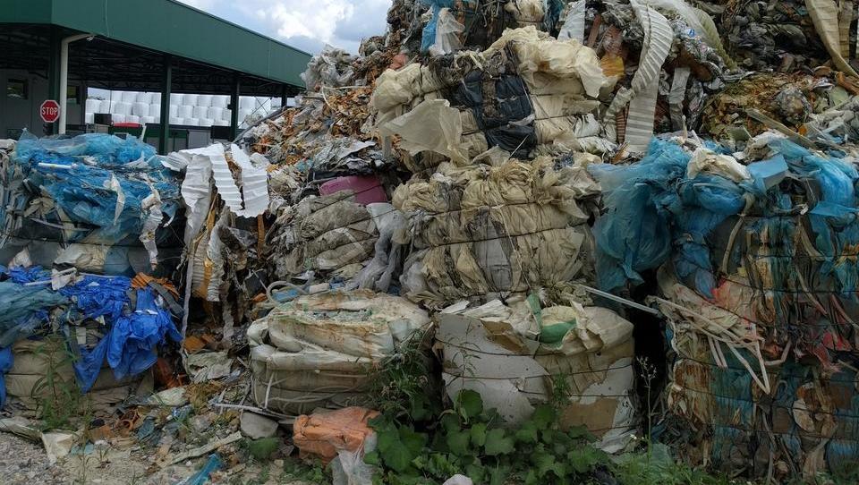 Minister Leben z interventnim 'odpadkovnim' zakonom že žanje prve kritike