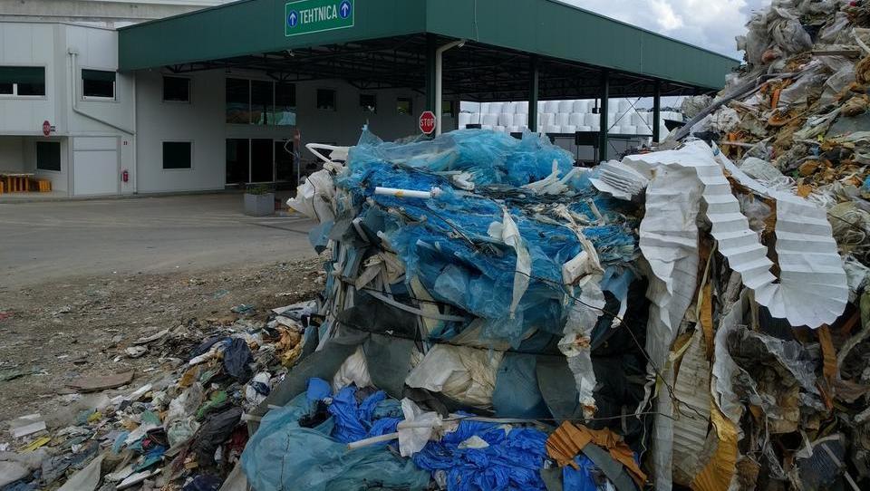 Obsežen požar v zbirnem centru za odpadke Suhadole