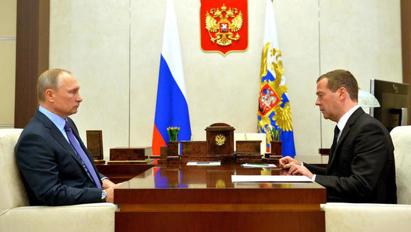 Spremembe v Rusiji: Putin hoče novo ustavo, Medvedjev ekspresno odstopil