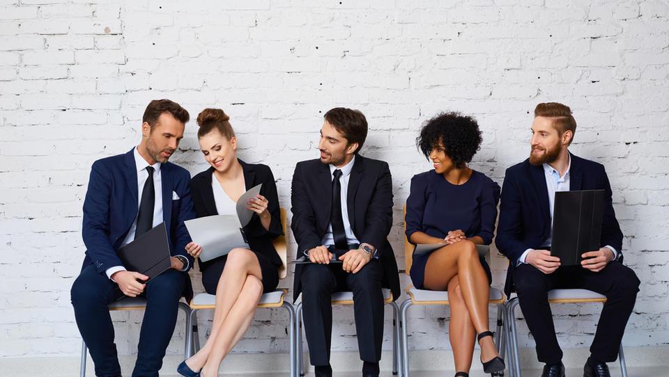 Mladi večinoma zaposleni za nedoločen čas, povprečno zaslužijo 1.300 evrov bruto